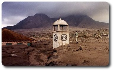 De la petite ville de Plymouth, dans l'île de Montserrat, il ne reste que le clocher de l'église, après la terrible éruption du volcan...